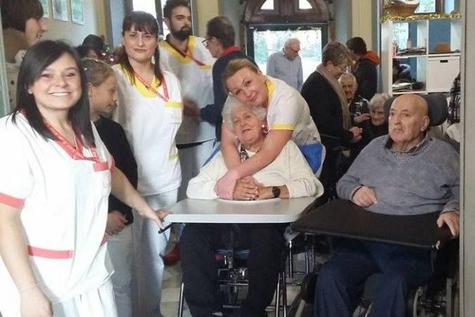 Anziani e bambini salutano insieme la primavera a Villa Fiorita